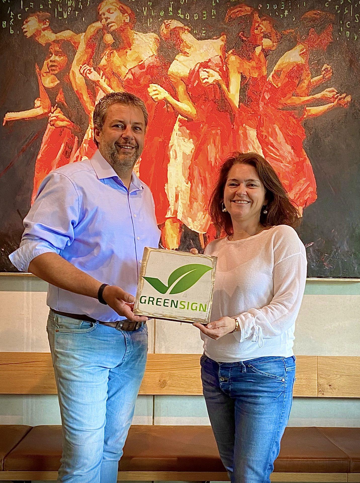 Inhaber halten GreenSign Zertifikat in den Händen